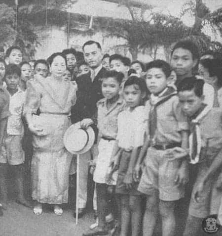 President Manuel Quezon and First Lady Aurora Aragon posing for a picture with boy scouts