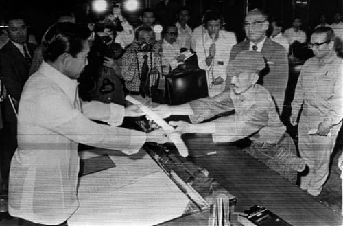 Hiroo Onoda surrenders sword to President Marcos