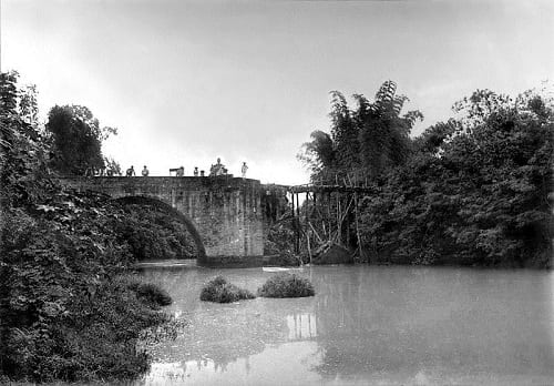 The Bridge of Isabel II in 1899 with the missing northern span blown up by the revolutionaries, temporarily replaced by a wooden plank